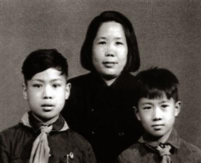 Người vợ thứ hai, bà Trẩn Kiếm Qua (陈剑戈 - Chen Jian Ge) người Trung Quốc và hai con trai ở Bắc Kinh.