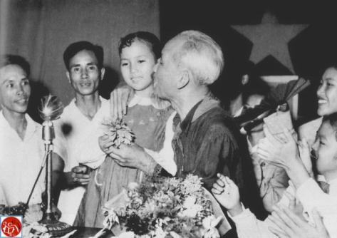"""Nhà lãnh đạo Cộng sản Việt Nam, """"Bác"""" không bao giờ bỏ được cái tật xấu xa mắt híp, hôn các em nhi đồng. Nguồn: tài liệu Huỳnh Tâm."""