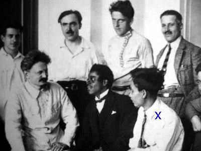 Nguyễn Ái Quốc (x)năm 1924 ở Moskva, chụp ảnh chung với Lev Trotsky. Nguồn: Hoa Nam.