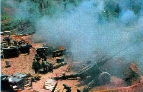 Trung đội Pháo binh Sư đoàn 40 thuộc Quân đoàn 14, đang pháo xuống thị xã Hà Giang. Nguồn: Hoa Chí Cường