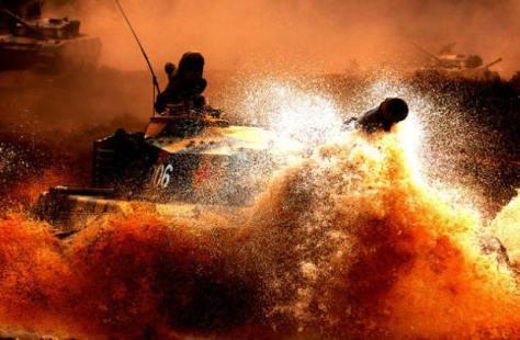 Xe tăng và Trung đội pháo binh 56 của Quân đoàn 14 Trung Quốc tiến qua đầu nguồn biên giới sông Lô thuộc tỉnh Hà Giang. Nguồn: Hoa Chí Cường.