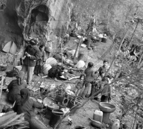 Thường dân Việt Nam tị nạn chiến tranh, tạm trú trong các hang động miền núi. Quân Giải Phóng Nhân Dân Trung Quốc, đem ra hành quyết tập thể, vào ngày 24 tháng 2 năm 1979.  Nguồn ảnh: Hoa Chí Cường.