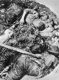 Ngày 25/02/1979. Bộ đội Trung Quốc hãm hiếp phụ nữ, già trẻ và bé gái. Cuối cùng họ bị hành quyết chôn vùi tập thể tại những hầm hố đạn đại pháo hai bên lề Quốc lộ 4C. Mỗi mồ từ 7 đến 20 tử thi. Nguồn ảnh: Hoa Chí Cường.