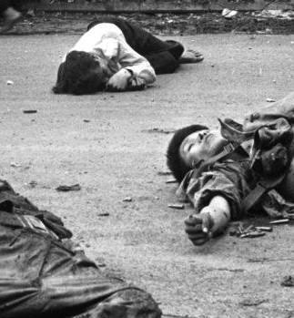 Ngày 20/02/1979, thường dân tử vong tại thị trấn Tân Sơn, trên Quốc lộ 4C. Nguồn ảnh: Hoa Chí Cường.