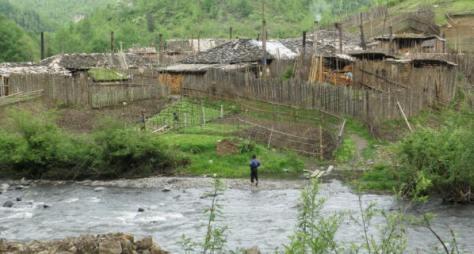 """Đầu làng 189, một lao tù """"Lồng chim"""" Trung Quốc, nơi chân trời biên giới hoang vu nay được Trung Quốc cho cái tên làng người Việt tị nạn. Ảnh: Nhất Biến."""