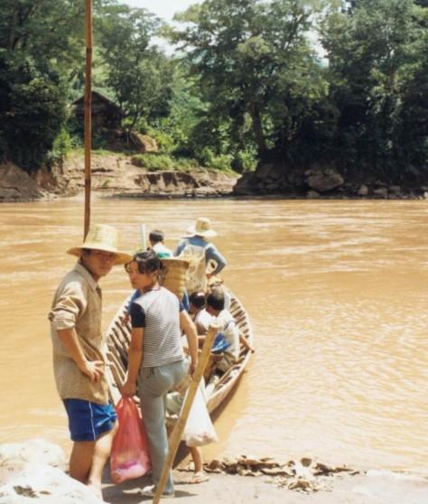 Bên kia sông Lô, làng người Việt tị nạn, các em đi rẫy về nhà, cho biết: Năm vừa rồi (1986) mùa nước lũ lớn, lật úp đò, mất tích 8 người. Ảnh: Nhất Biến.