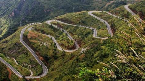 Toàn cảnh ( Quốc Lộ Chiến Lược vòng 1) trên lãnh thổ Việt Nam, nay thuộc chủ quyền Trung Quốc, dưới chân Quốc lộ có một phần nguồn sông Hồng đã mất vào năm 1979. Ảnh: Huỳnh Tâm.