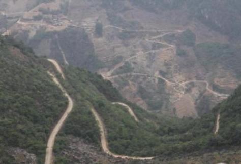 Trên đèo cao, trước tầm mắt của chúng tôi, hiện ra sự thật một biên giới tỉnh Lai Châu Việt Nam. Có đến 3 vòng chiến lũy, và 2 Quốc lộ chiến lược, nay thuộc Trung Quốc. Những con đường bí mật này trở thành huyết mạch quân sự của Trung Quốc.