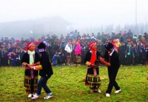 """Người dân trong làng khuyến khích đôi trai gái nhảy múa theo bài ca """"Sli"""". Ảnh: Nhất Biến."""