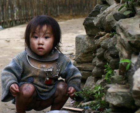 Em bé mồ côi H'mong, tại Tây Hành làng. Ảnh: HVD