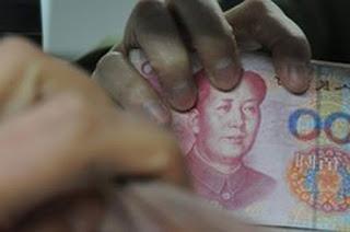 Đồng Nhân Dân Tệ chồng chất theo chiều cao quyền lực của đảng viên CS Trung Quốc. Nguồn: Bài trừ tham nhũng Bắc Kinh.