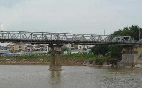 Một trong những cây cầu trên sông Kỳ Cùng tại thi xã Lạng Sơn Ảnh: Nhất Biến.