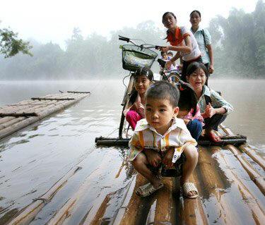 Một số cầu bị quân Trung Quốc phá hủy. Sau ngày chiến tranh, các em đi học phải dùng bè tre qua sông Kỳ Cùng. Nguồn: HVD.