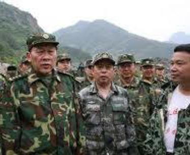 Đặng Bình Ánh (邓平映) đang chất vấn Thiếu tướng Lương Quang Liệt (梁光烈). Ảnh: Nhất Biến