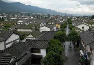 Nhà Tổ họ Hoàng tại khu phố Vĩnh An Thị (氏荣安). Ảnh: Viên Dung (表粪)Côn Minh 1987.