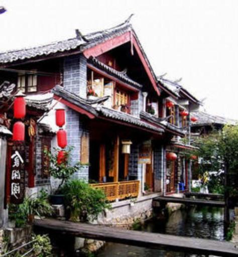 Trước tư gia họ Hạ (夏) con kinh nhỏ, thông qua hồ Hương Bạc (银香水). Ảnh: Viên Dung (表粪)