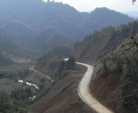 Trên núi cao đèo Rắn thuộc tỉnh Vân Nam, nhìn về hướng đất nước tôi bên kia sông Bình Nhi  (Ảnh: GS. La Minh)