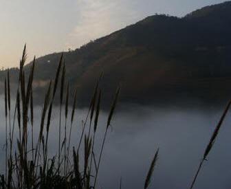 Chúng tôi đã ra khỏi dãy núi Lu Châu và đang xuống cánh đồng lúa làng Chung. Ảnh: La Minh