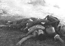 Người tị nạn Việt gốc Hoa chết bên bề sông Hồng, cũng ở trên dòng sông Hồng này. Dân quân VN và kẻ thù TQ cùng một cách chết. Nguồn: Trương Hoán Tùng.