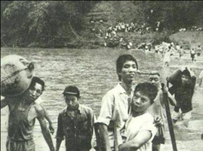 Người dân vượt qua sông Hồng tại biên giới Việt-Trung. Nguồn: Trương Hoán Tùng