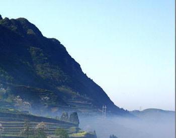 Nghĩa trang của người sống tại Âu nhà làng, dưới triền núi đầy sương mù.