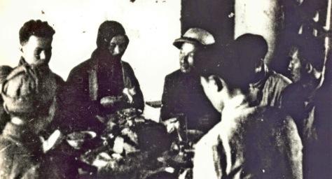 Trong buổi ăn ở trưa ở dọc đường, bên trái: Lâm Kính,  Hồ Chí Minh. bên phải: Trần Đăng Ninh đội mũ cối,  Phạm Văn Khoa, còn lại những cán bộ tỉnh ủy viên  Trung Quốc. Nguồn: ĐV, bản quyền Huỳnh Tâm.