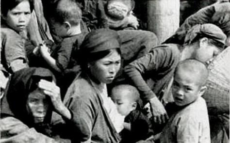 Nhân dân đang xôn xao đấu tố, người bên phải là Đức Phú, con trai bà Nguyễn Thị Năm. [2] Nguồn: Tài liệu Huỳnh Tâm.