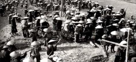 """Hợp Tác Xã sau khi CCRĐ, nhân dân tập trung làm không công cho đảng """"Bác"""". Nguồn: Tài liệu Huỳnh Tâm."""
