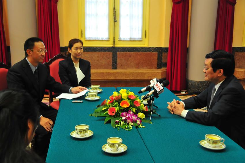 Giới truyền thông, báo chí Bắc Kinh phỏng vấn Chủ tịch nước Việt Nam Trương Tấn Sang. Nguồn: Toàn Cầu Báo.