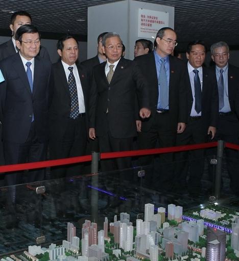 """Trương Tấn Sang và đoàn tùy tùng đang đứng trước mô hình """"ước mơ Trung Quốc"""". Nguồn: THX."""