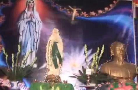 Tượng Hồ Chí Minh trên bàn thờ Đức Mẹ và Thánh Giá ở Hưng Hóa. Nguồn: tài liệu Huỳnh Tâm.