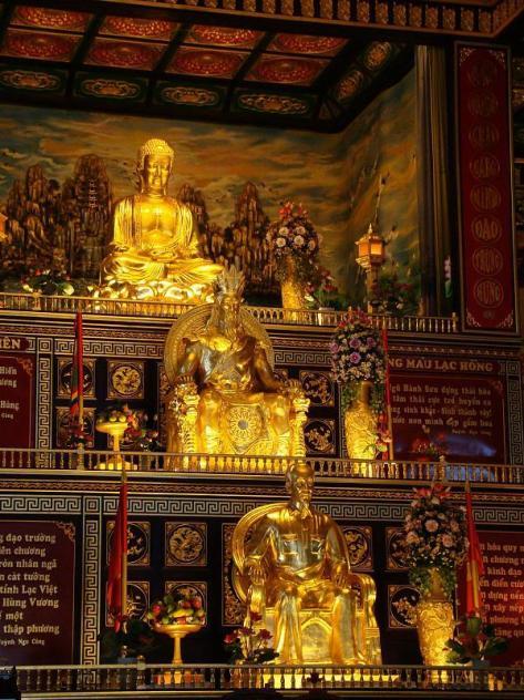 Tượng Hồ Chí Minh trước bàn thờ Phật trong Đại Nam Quốc Tự - Bình Dương. Nguồn: tài liệu Huỳnh Tâm.