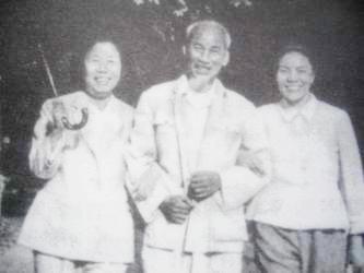 """HCM với bạn gái Đặng Dĩnh Siêu (bên phải) và Thái Sướng (bên trái) trong chuyến viếng thăm Lô Sơn bí mật của HCM và chưa 1 lần ghé thăm Tăng Tuyết Minh (vợ Tàu của NAQ) Chụp lại từ """"HCM sinh bình khảo"""" trang 251."""