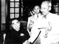 Gián điệp Lương Phong (giữa) trong cuộc gặp giữa Chu Ân Lai và Hồ Tập Chương. Nguồn tài liệu Huỳnh Tâm.
