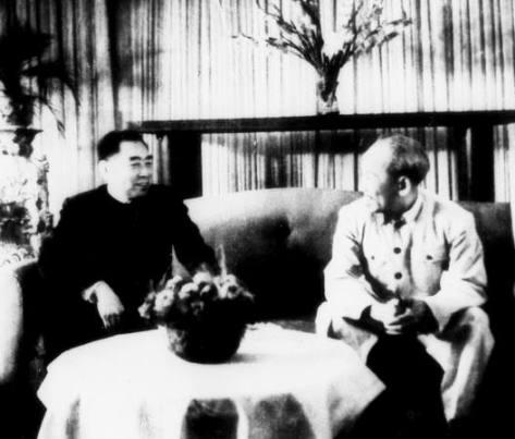 Tháng 11/1956 Bắc Kinh, Chu Ân Lai tiếp Hồ Tập Chương tại phủ Thủ tướng. Nguồn ảnh: THX.