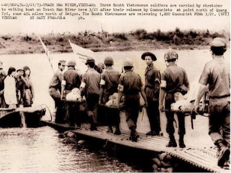 Ngày 21 tháng 3 năm 1973, tại sông Thạch Hãn, trao trả tù binh, phía chính quyền VNCH trao trả 1200 người tù binh cho phe Việt Cộng để đổi lấy 3 quân nhân. Nguồn: tài liệu Huỳnh Tâm.