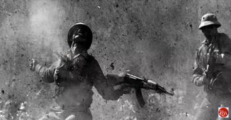Người lính VC trúng đạn pháo của TC. Nguồn: tài liệu Huỳnh Tâm. [3]