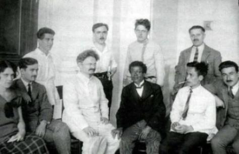 Nguyễn Ái Quốc (hàng đầu thứ 2 bên phải) tham dự Đại Hội 5 Quốc Tế Cộng Sản tại Maxcova năm 1924. Nguồn: tài liệu Huỳnh Tâm.