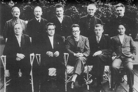 Ban Chấp Hành Quốc Tế Cộng Sản được bầu chọn vào năm 1935. Hàng đứng: (từ trái sang) M.Moskvin, Otto Kuusinen, Klement Gottwald, Wilhelm Pieck, Dmitry Manuilsky. Hàng ngồi: (từ trái sang) André Marty, G.Dimitrov, Palmiro Togliatti, V.Florin, Vương Minh. Nguồn: Tài liệu HuỳnhTâm.