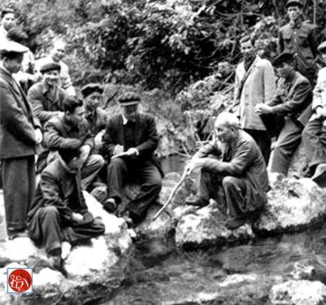 Hồ Chí Minh (Hồ Tập Chương) bên suối Lê Nin thăm nhân dân Pắc Bó). Nguồn: tài liệu Huỳnh Tâm.