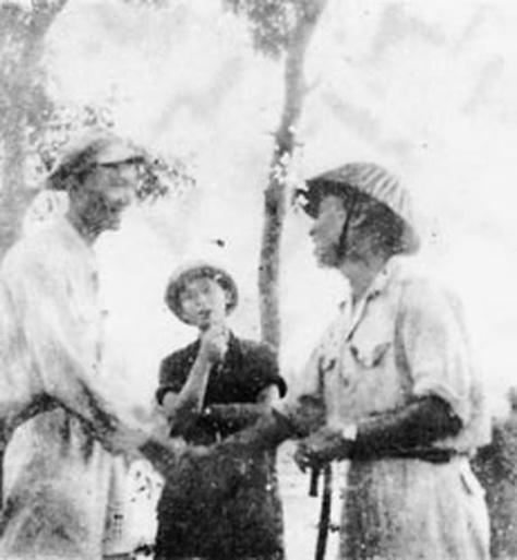 Tình báo Lê Nghiễm Ba (Li Guangbo-黎广波) (phải) đón tiếp Phó Cục trưởng Cục Chính trị Trung Cộng (trái). Nguồn: tài liệu Huỳnh Tâm.