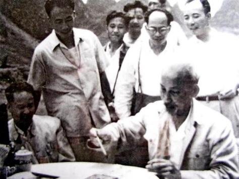 Hồ Chí Minh khoe bút pháp Hán với những tình báo Trung Cộng. Nguồn: tài liệu Huỳnh Tâm.