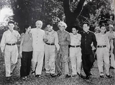 Bác Hồ với các anh hùng và chiến sĩ thi đua miền Nam (tháng 11/1965).