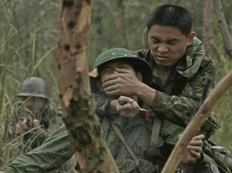 """Trung đoàn trinh sát """"Thiên Bảo"""" của Trung Quốc, phục kích bắt sống một binh sĩ của Việt Nam làm tù binh, khai thác bí mật quốc phòng. Nguồn: Tài liệu ảnh lưu: Huỳnh Tâm."""