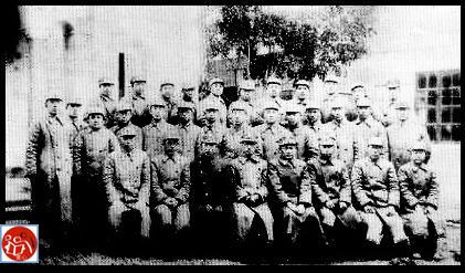 Đội tình báo Chiến Địa Bát Lộ Quân (hàng sau, thứ ba từ bên phải là Dương Ứng Bân (Yang Ying Bin) và người kế bên là Hồ Quan (HCM).