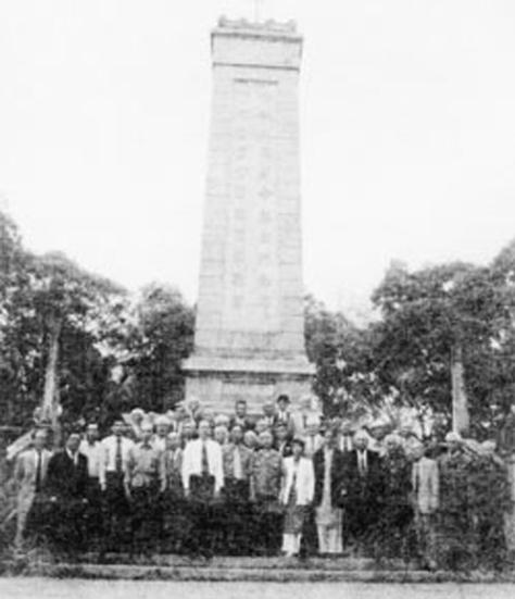 """Cựu chiến binh """"Thập Vạn Đại Sơn"""" (Shiwandashan) của tiểu đoàn 59, trung đoàn 426, chụp ảnh lưu niệm năm 1949. Nguồn: Tài liệu Huỳnh Tâm."""