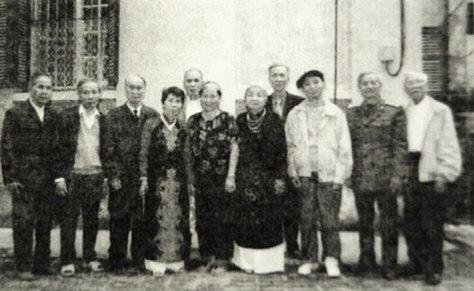 """Cựu chiến binh Shiwandashan trao cho các đồng chí Phó Bá Long huy chương anh hùng """"Thập Vạn Đại Sơn"""". Nguồn: Tài liệu Huỳnh Tâm."""