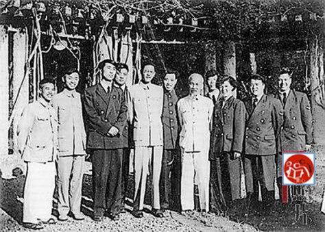 Hồ Chí Minh viếng thăm trung tâm Không quân Trung Cộng tại Hà Nội. Nguồn: tài liệu Huỳnh Tâm.