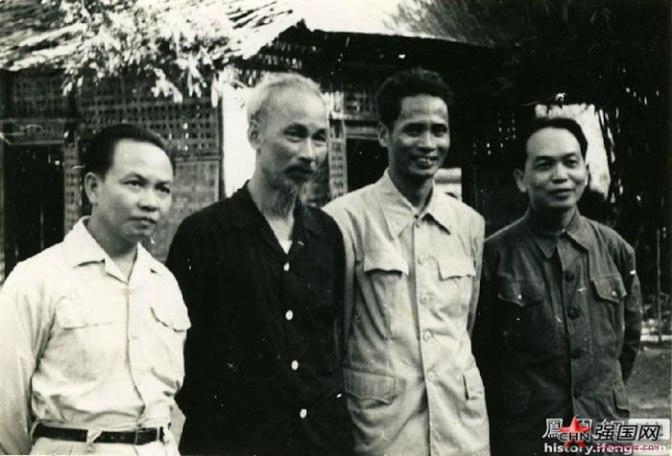 Hình ảnh tháng 8 năm 1954, từ trái qua phải Trường Chinh, Hồ Chí Minh, Phạm Văn Đồng, và Võ Nguyên Giáp.