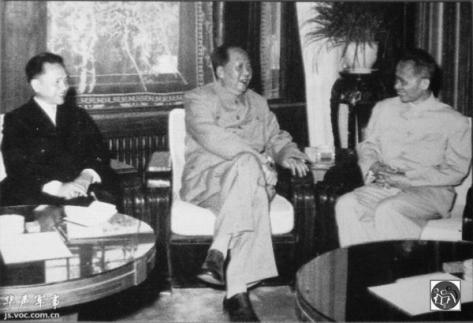 Ngày 14 tháng 11 năm 1961, Mao Trạch Đông gặp Thủ tướng Phạm Văn Đồng (bên phải) và Phó Thủ tướng Lê Thanh Nghị (Lý Qingyi-黎清毅). Nguồn: Tài liệu Huỳnh Tâm.
